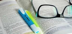 texte et lunettes de lecture