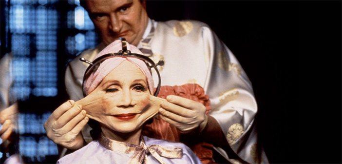 chirurgien qui tire sur la peau d'un visage