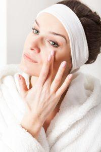 Femme se passant une crème sur le visage