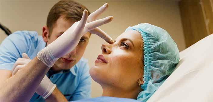Médecin esthétique examinant un nez de femme