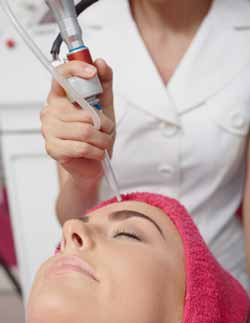 seance de laser sur un visage de femme