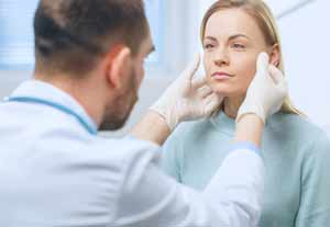 Médecin examinant un visage