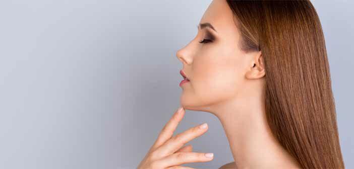 Femme se touchant le menton