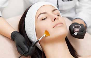 application d'acide glycolique sur le visage