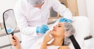 Analyse de la peau du visage par un médecin